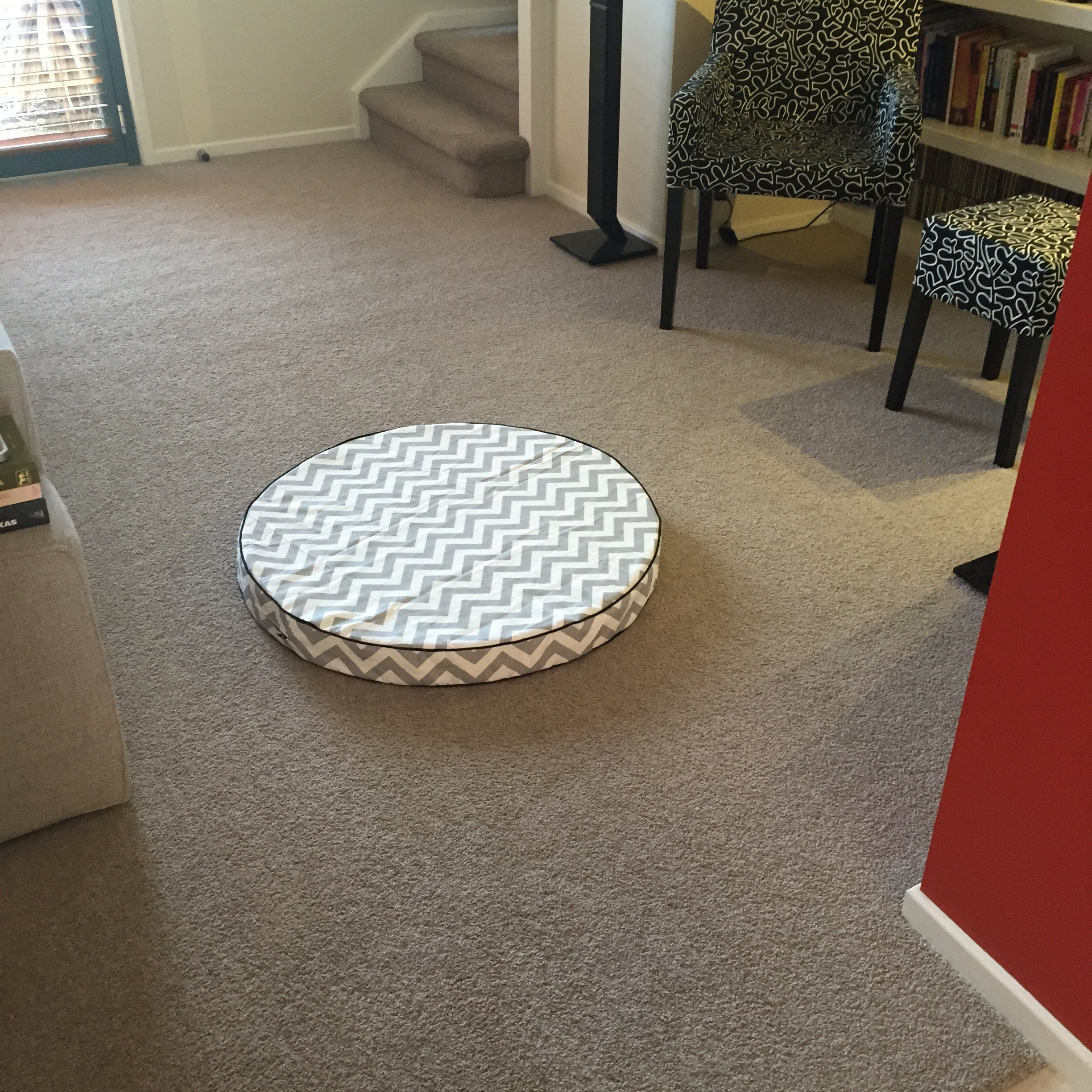 Sew: Round Dog Bed or Floor Cushion Tutorial {Foam Filled w Side Gussets, Piping & Zipper}