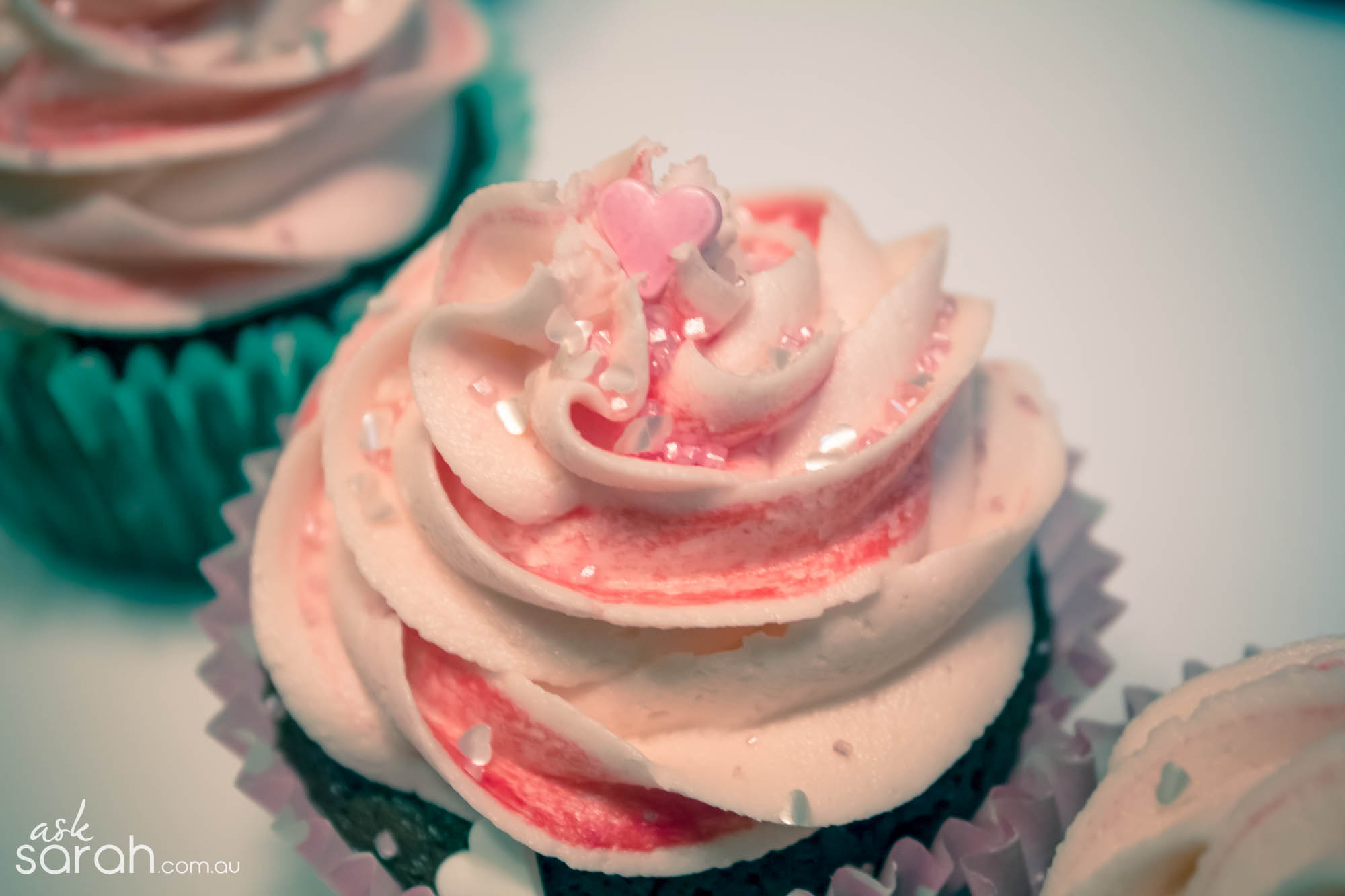 I Heart Chocolate Cupcakes w Easy Two Tone Buttercream {Happy Valentines!!!}